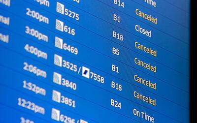 Un tablero del aeropuerto internacional O'Hare de Chicago muestra vuelos...