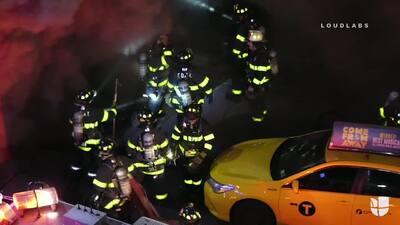 Captan en cámara el momento en el que le cae encima un techo a siete bomberos que apagaban un incendio