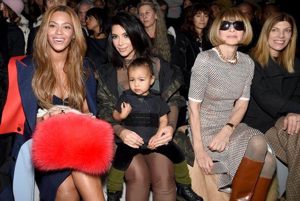 En primera fila captamos a los mejores amigos del rapero, a Beyoncé y Ja...