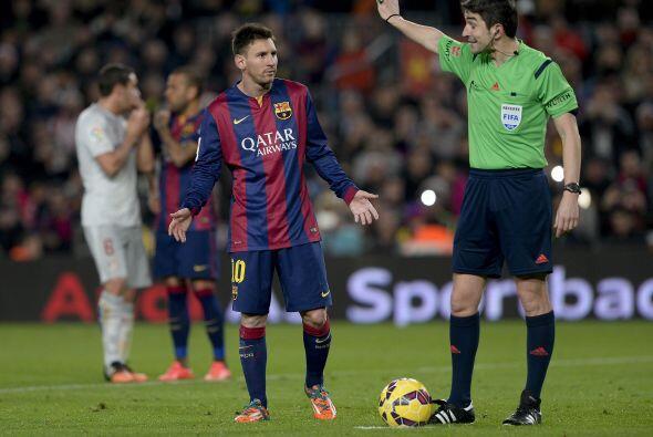De poco sirvieron las reclamaciones de Messi ante el árbitro, pues la de...
