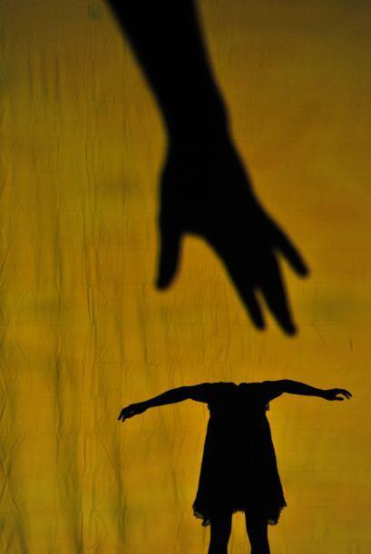 Como si se tratara de un pequeño teatro de sombras, en el que animales y...