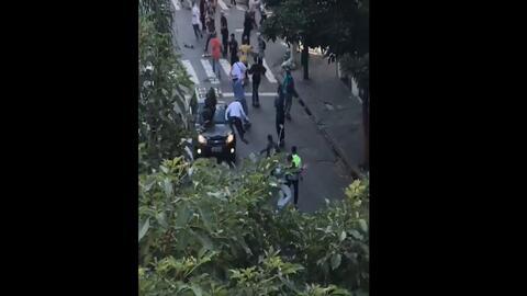 Video: Un auto embiste a una multitud de patinadores durante un evento c...