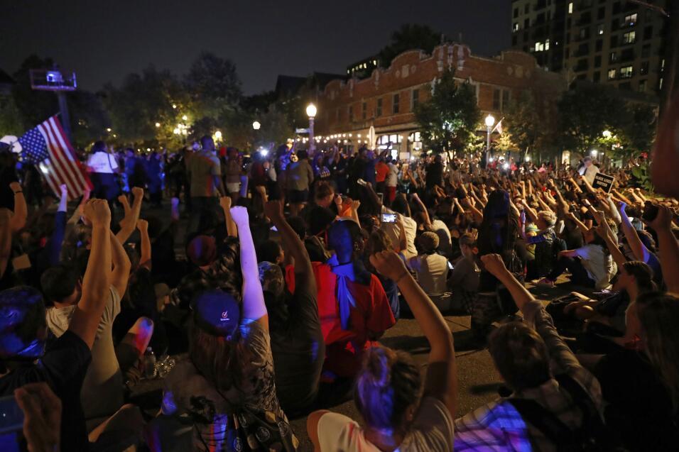 Durante la protesta, muchos se sentaron en el suelo en una señal...