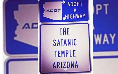 La señal del Templo Satánico está instalada en un t...