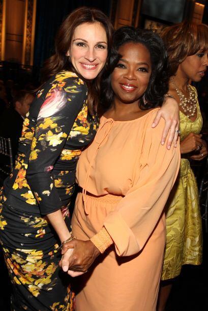 Con su gran amiga Julia Roberts. ¡Todo Hollywood la adora!  Mira a...