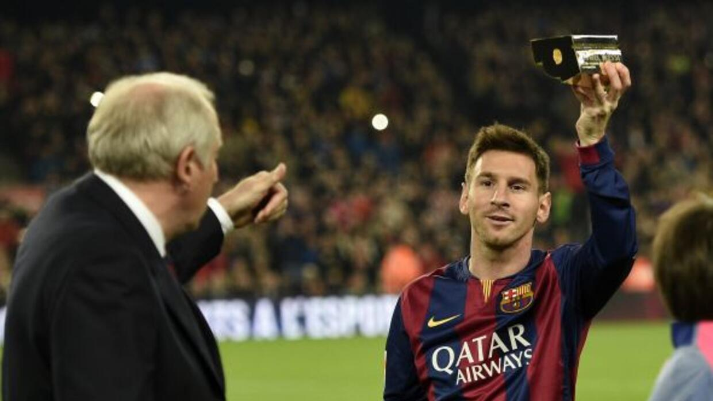 El argentino mostrando a la afición su trofeo como máximo romperredes en...
