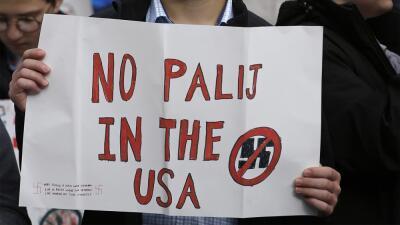 Un estudiante con una pancarta contra Jakiw Palij en una manifestación f...
