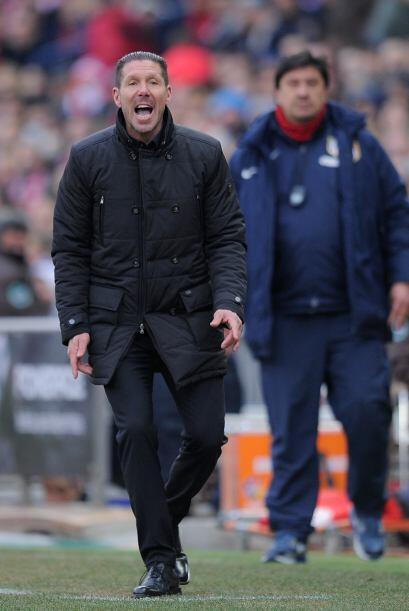 Diego Simeone no cesó de pegar gritos para alentar a sus jugadores a ir...