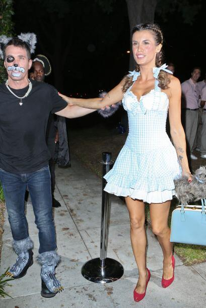 La modelo y actriz iba acompañada de su marido Brian Perri con el que co...
