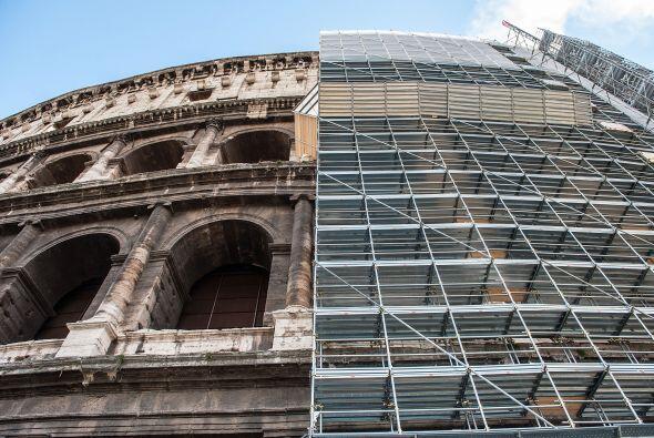 El emblemático Coliseo romano está siendo cubierto por andamios en esper...