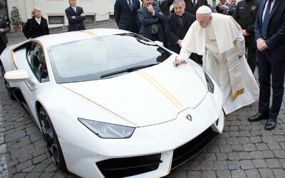 El papa Francisco escribe sobre el capó de un Lamborghini que le...