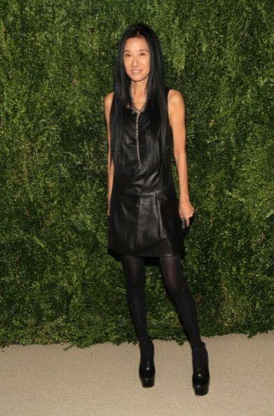 Vera Wang escogió un LBD de cuero negro y unas medias del tono para no p...