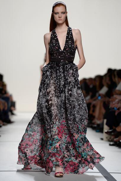 Escotes un poco pronunciados fueron detalles clave en elegantes vestidos.