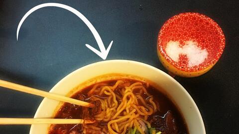 Una sopa que se puede comer con palillos chinos y cuchara de peltre