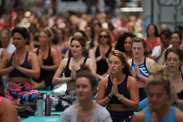 En toda la ciudad hubo clases gratuitas de yoga.