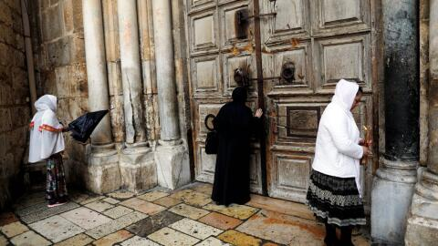Feligreses ante las puertas cerradas del Santo Sepulcro, en Jerusal&eacu...