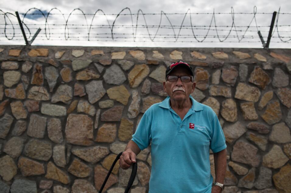Jesús Sánchez, de 69 años, arrastra un carrito vacío después de llevar v...