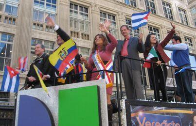 Shirley Ponce, la madrina del Desfile de la Hispanidad acompañada del re...