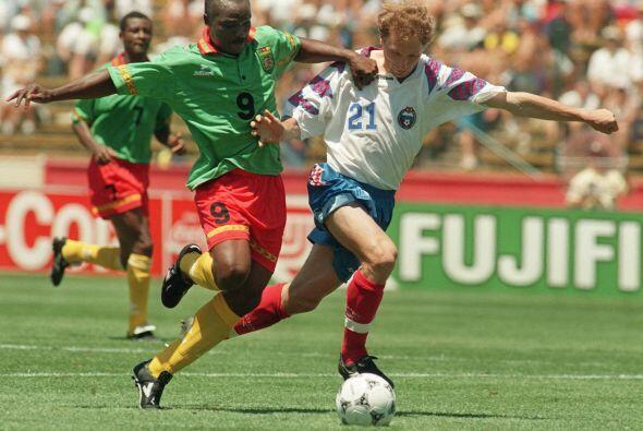 El africano anotó en el Mundial de 1994 con Camerún a los 42 años, 1 mes...