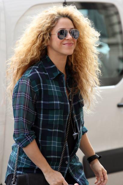 Sin embargo, Shakira ocultó su incipiente barriguita con esta camisa.