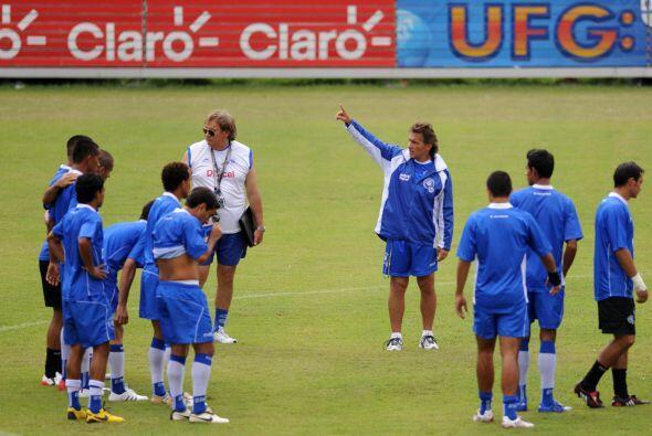 Carlos De los Cobos es otro que tuvo su etapa en El Salvador, dirigió en...