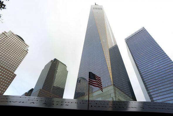 Una bandera de Estados Unidos marca el dolor de un país, pasados los año...