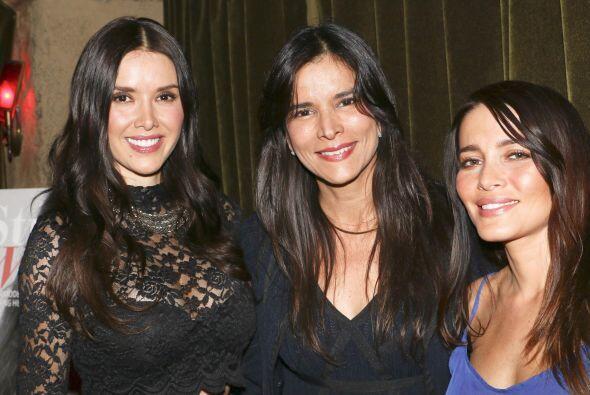 Aquí Marlene Favela, Patricia Velasquez y Adriana Fonseca sonrientes en...