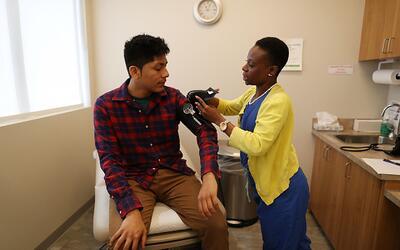 Un joven cubierto por el Affordable Care Act recibe atención m&ea...
