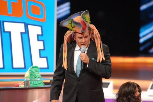 Don Francisco modeló unos sombreros bastante chistosos mientras los niño...