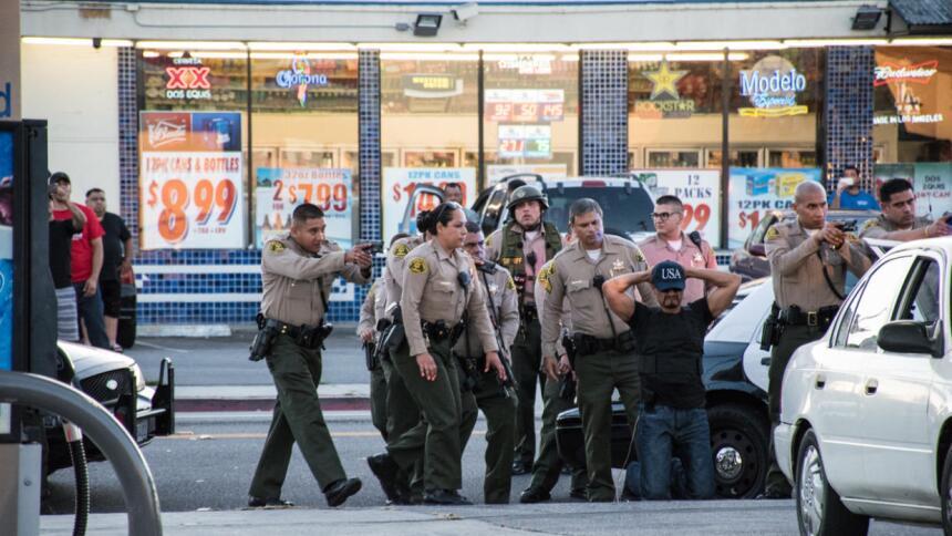Agentes del Sheriff en Cudahy, una ciudad santuario del sur de Californi...