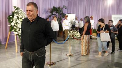 Un hombre desconsolado llora en los funerales de Fidel Castro.