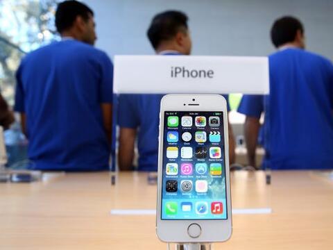 El nuevo iPhone 5S y 5C salió a la venta en nueve países a...