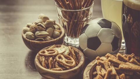 Todo lo necesario para comer y ver el fútbol.