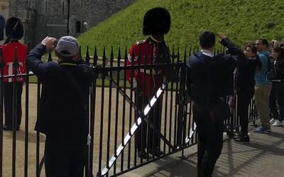 Mira el susto que se llevó un turista con la Guardia Real