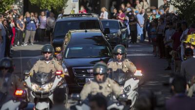 Dan el último adiós al sargento muerto en el tiroteo en un bar de California