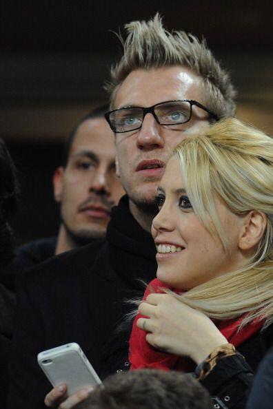 El argentino Maxi López miró el encuentro, junto a su esposa, en las tri...