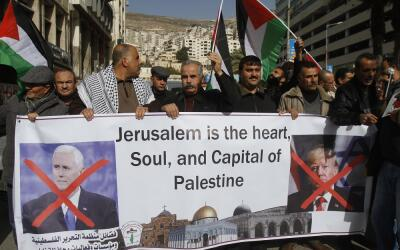 Palestinos protestan en Nablús, Palestina, contra la visita de Pe...
