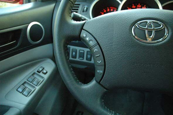 El volante tiene todos los controles necesarios.