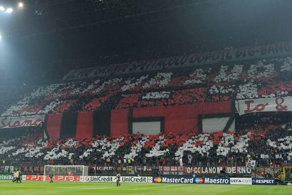 El Estadio Giuseppe Meazza lució pletórico, con los colores 'rossoneri'...