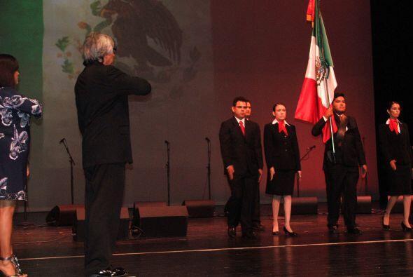 Enseguida desfiló el pabellón del Consulado de México portando la bander...