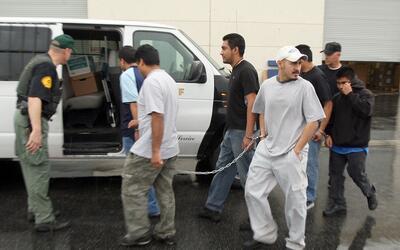 Agentes federales trasladan a un grupo de inmigrantes indocumentados en...