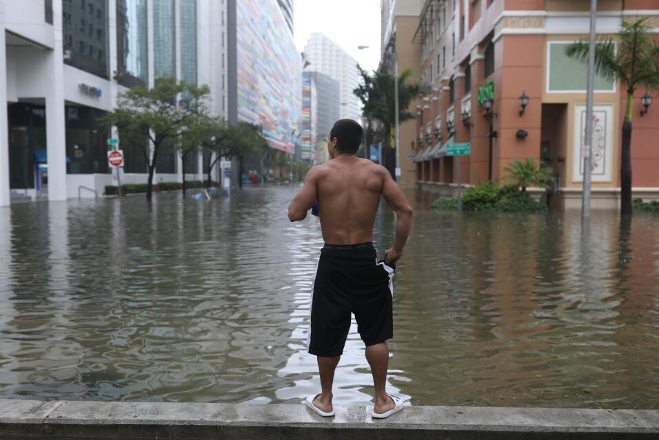 Vishnu Obregon, un residente de Miami, mira las calles del distrito de B...
