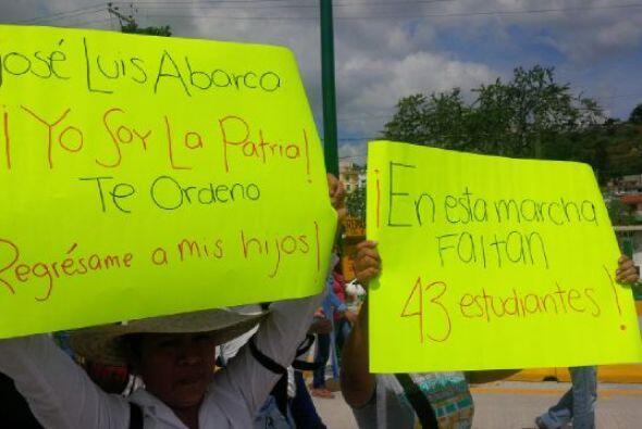 Diversas pancartas acusaban al alcalde de Iguala, José Luis Abarca, por...