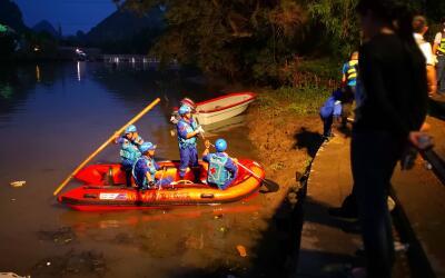 Rescatistas realizan labores para encontrar a víctimas del accide...