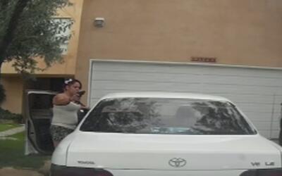 En video: Una conductora apunta con un arma a otro chofer para que mueva...