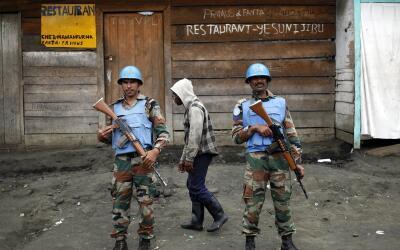 Foto de archivo del 30 de noviembre de 2012, dos soldados de la ONU mont...