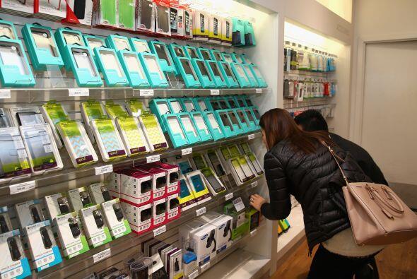 Clientes australianos revisan los accesorios para el nuevo iPhone 6.