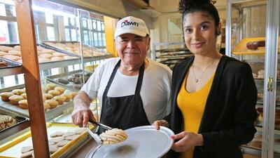 Don Trini  y su hija Jackie en la panadería La Casa Bakery, cerca al cen...