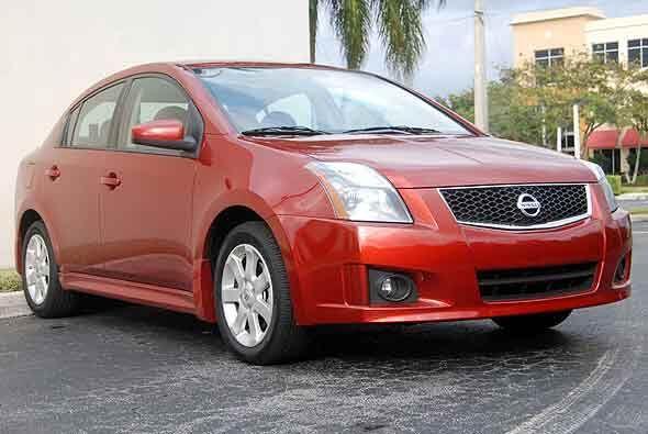 El estilo del Nissan Sentra 2010 se destaca por sus líneas de diseño red...