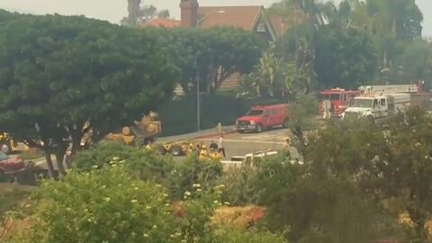 Un voraz incendio consume decenas de acres en las colinas de Los Ángeles